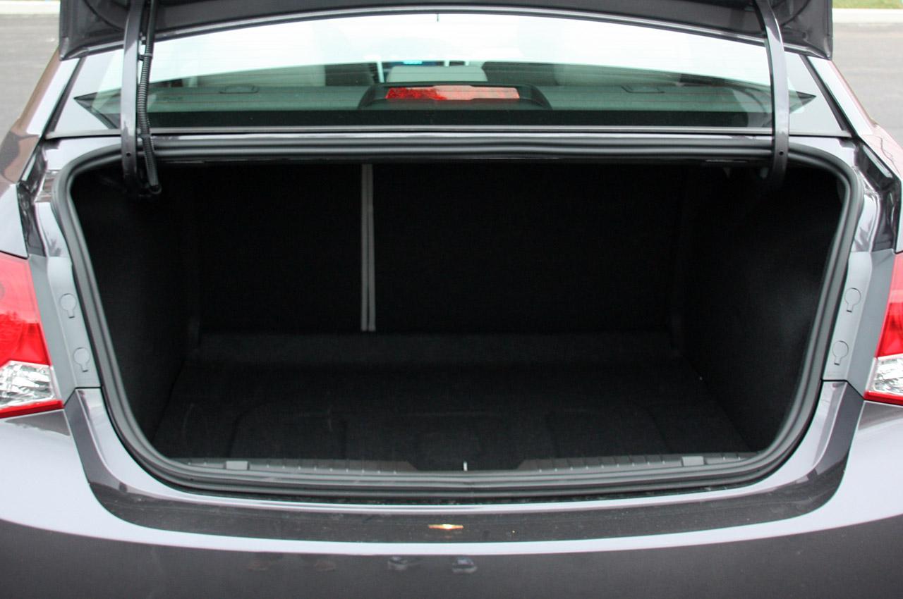 Шевроле Круз фото багажник