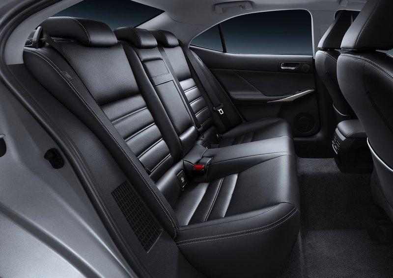Задні_сидіння_Lexus_IS_фото_2013
