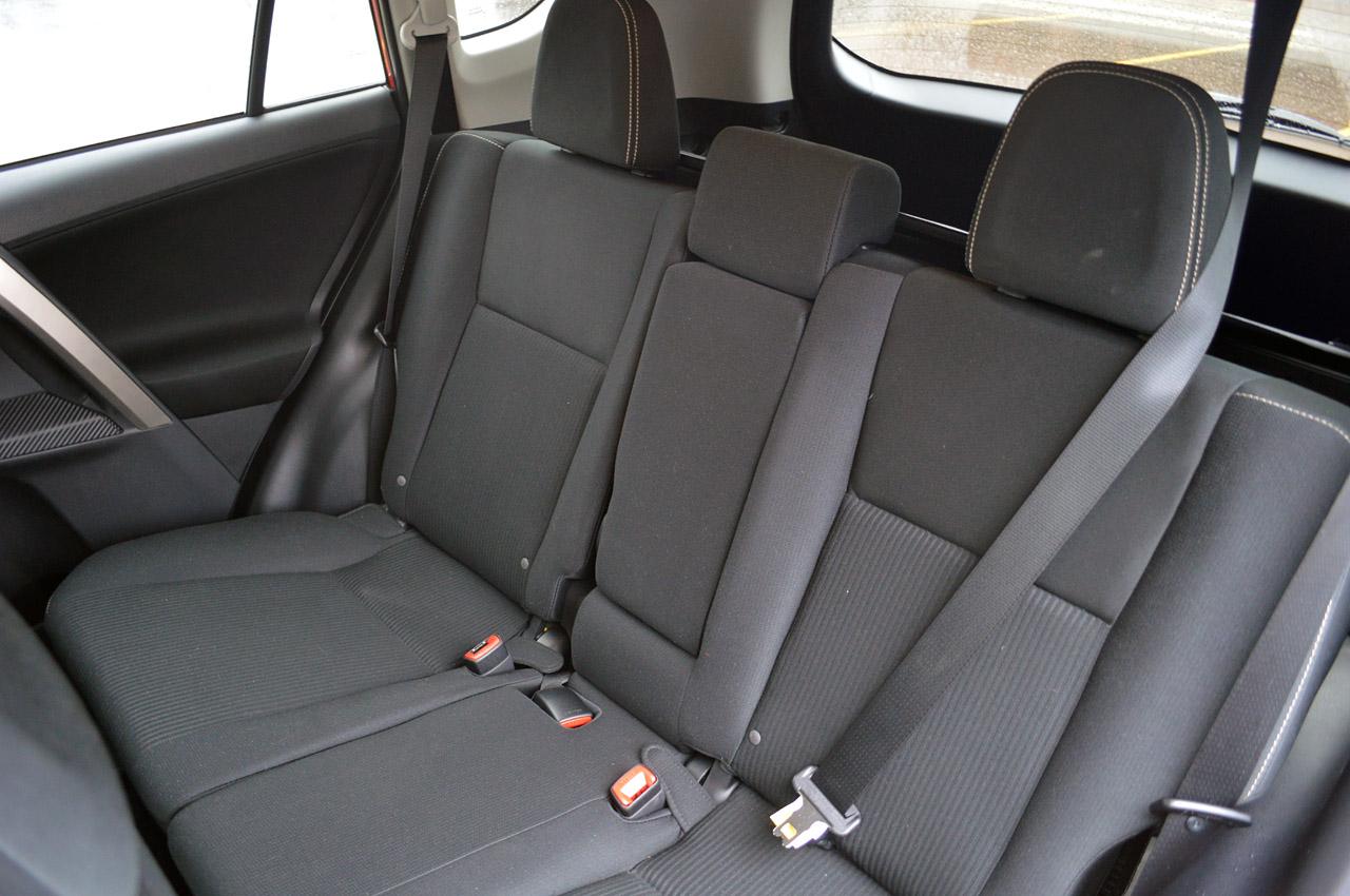 Фото Тойота Рав 4 задні сидіння