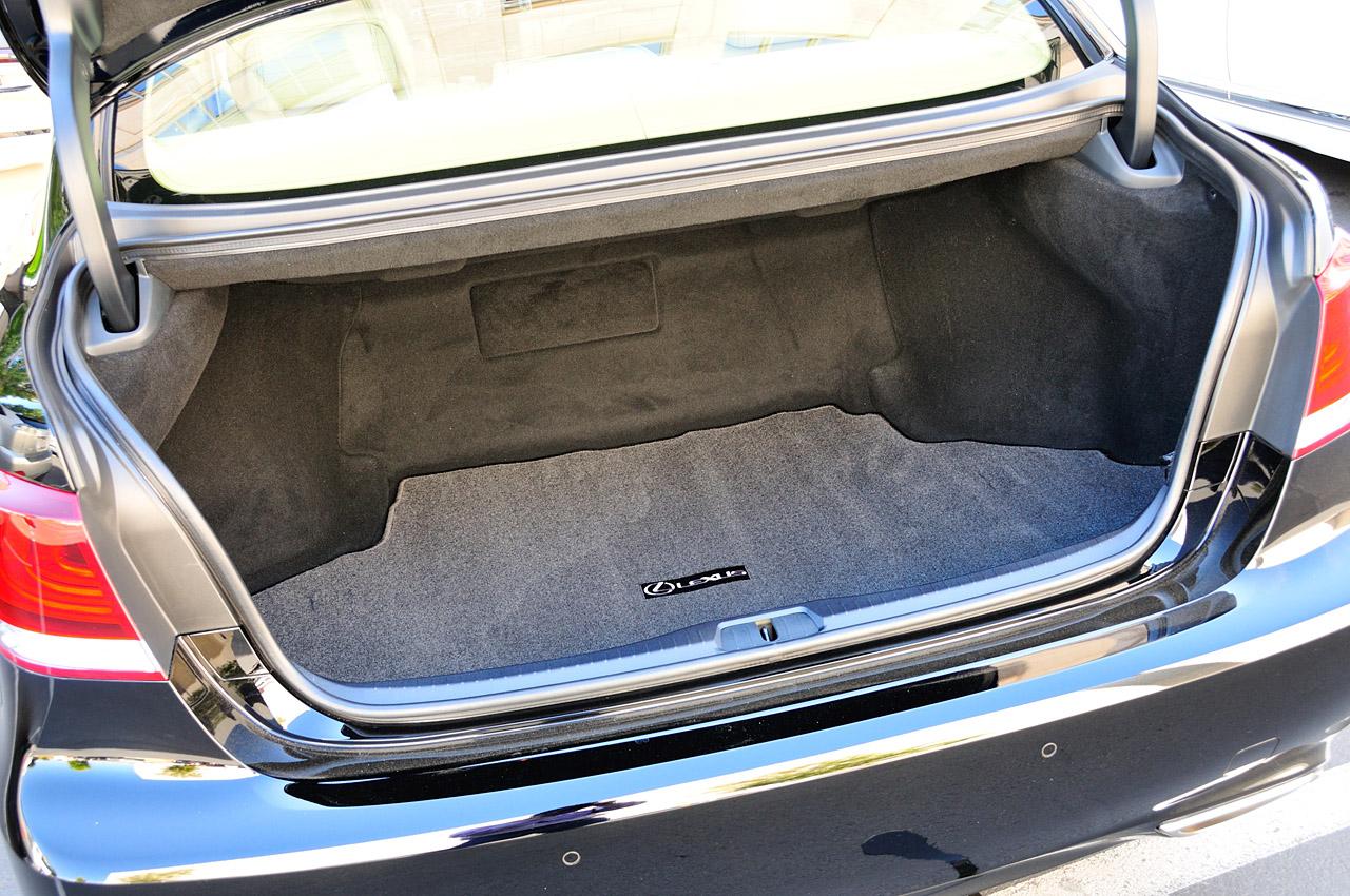 Lexus LS - багажник