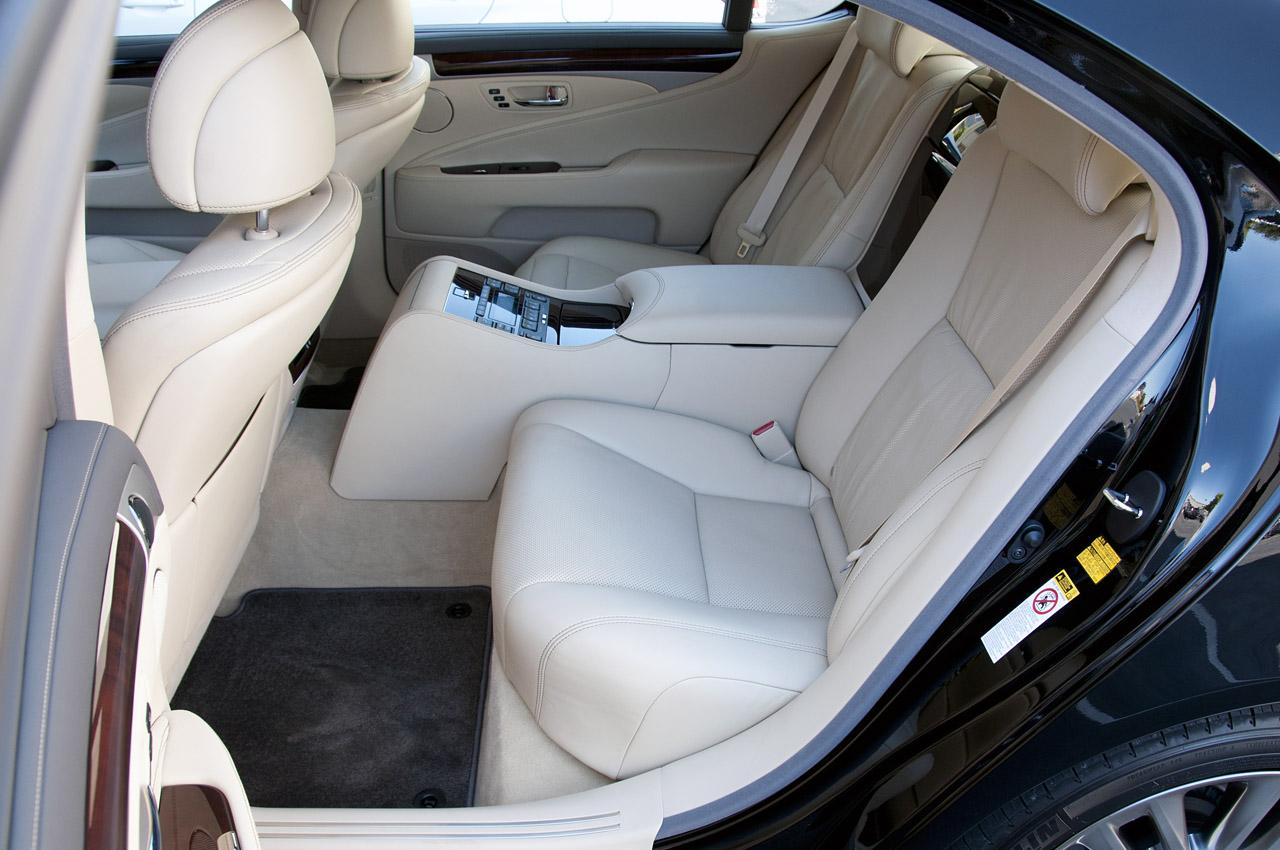 Lexus LS - задні сидіння