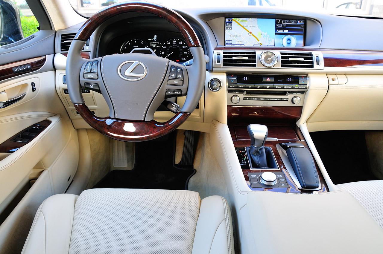 Lexus LS - салон